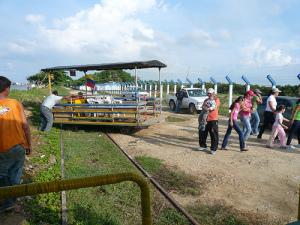 moment de treure el tren ecoturístic de les vies